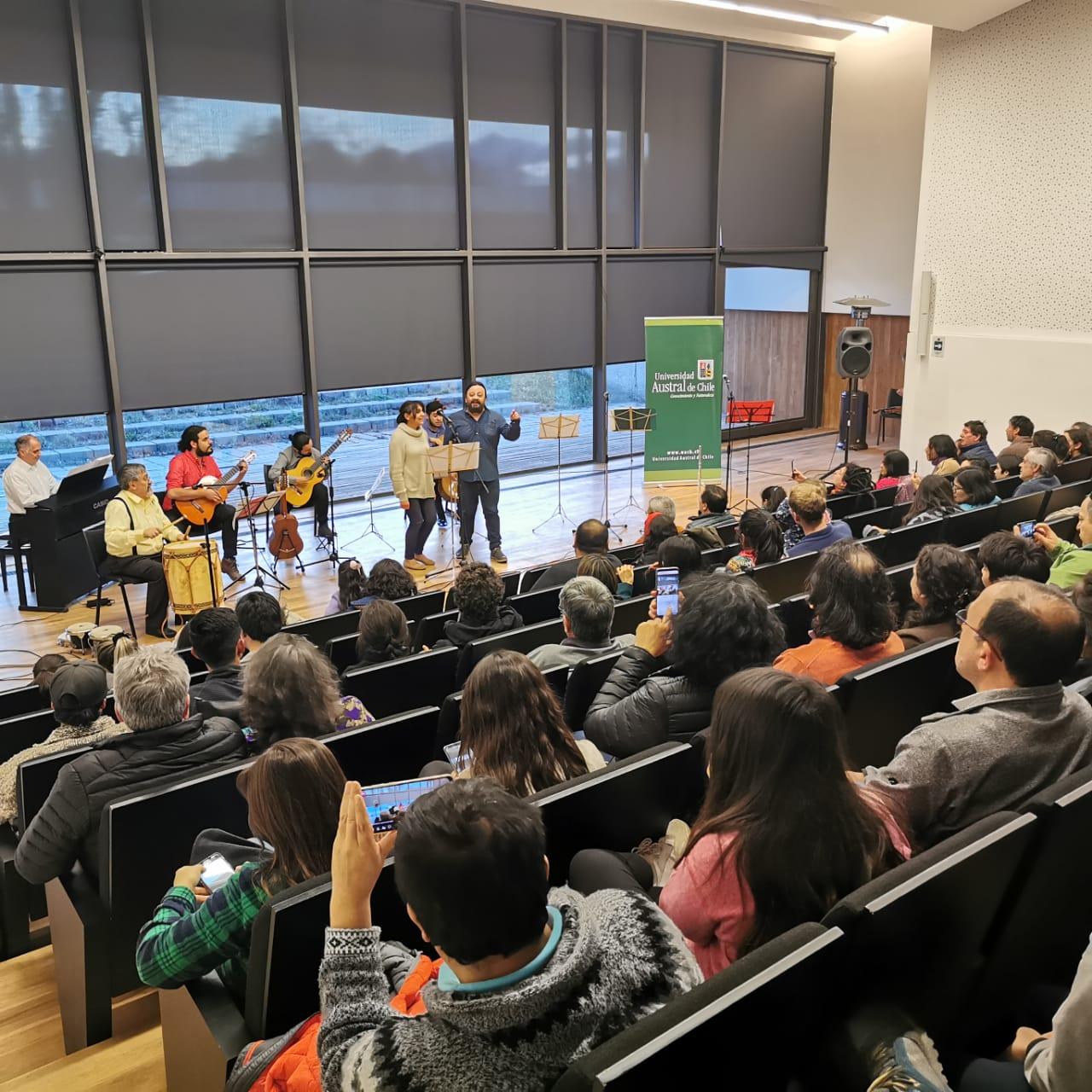 En Puerto Montt y Coyhaique ya disfrutaron del concierto Los Docentes cantan a Víctor
