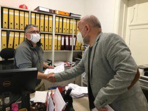 El presidente del SINDOC, Sandor Mulsow Flores, entregando la propuesta de contrato colectivo